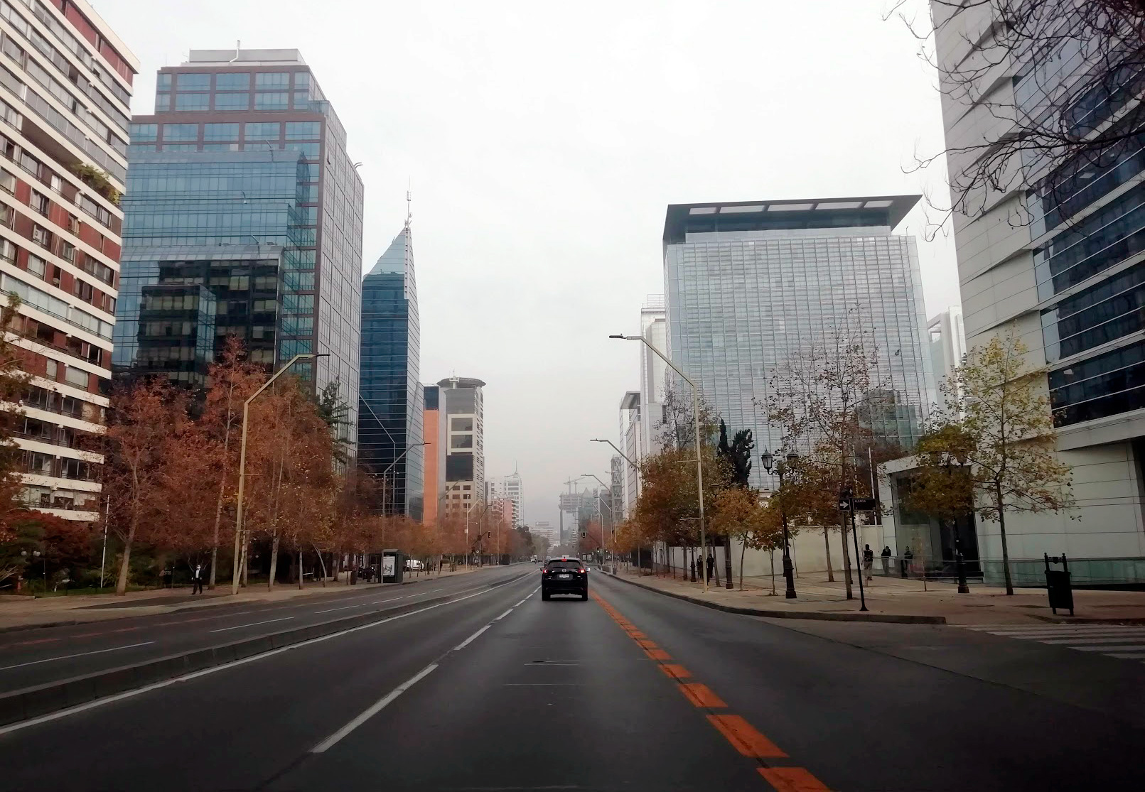 An empty avenue in the business district of Santiago during the quarantine
